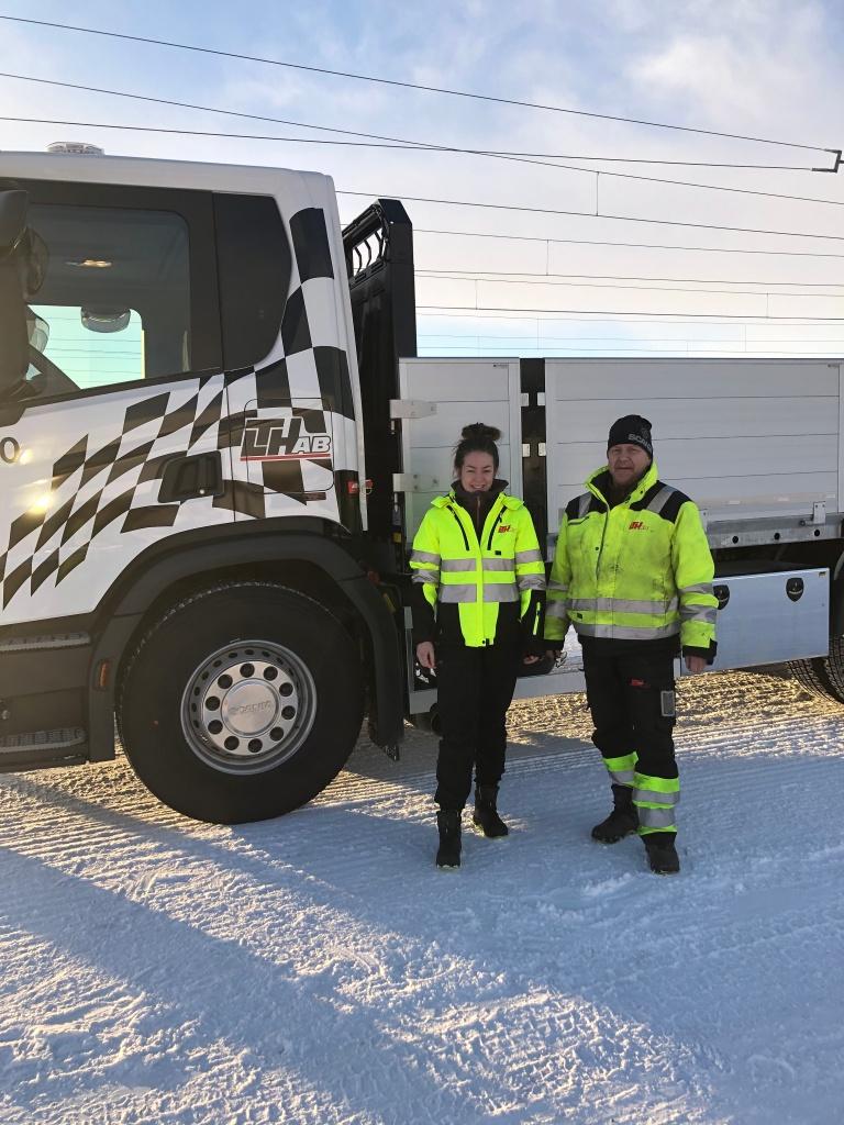 Elvira och Pentti med nya bilen till materialtransporterna. Båda OK med publicering, inget papper skrivet.